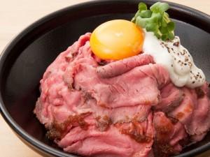 絶品!山盛り「ローストビーフ丼(並)」880円(税込)
