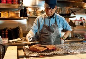 肉はアイランド型のチャコール・グリルで豪快に焼き上げる