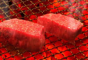 塊肉を職人が丁寧に炭火でじっくりと焼き上げる