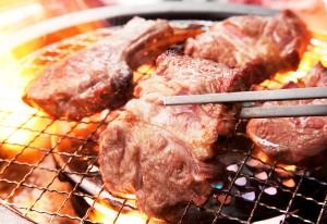 網焼きでラム肉を堪能!(希少な「特上肩ロース」425円 ※通常850円)