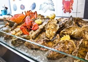 フィッシュマーケットさながらの牡蠣やロブスターなどを所狭しとのせたアイスベッド