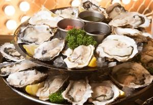旬の絶品生牡蠣24個を盛り合わせたオイスタープラッターは大迫力!テーブルに運ばれればテンションは最高潮に