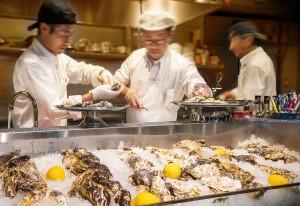 アイスベッドを前に牡蠣を剥くライブ感満載の演出