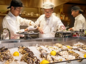 記念日なので、どんどん牡蠣を剝きます!牡蠣でお腹一杯も夢じゃない