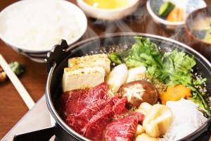 霜降りの極上馬肉を惜しげもなく!野菜でご飯を1杯、肉で1杯、そして最後は雑炊で!なんてことも可能